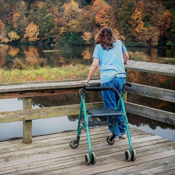инвалидная коляска, девушка стоит на причале