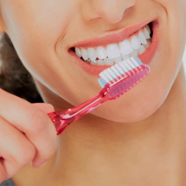 Картинка анонса статьи Почему нельзя чистить зубы сразу после еды?
