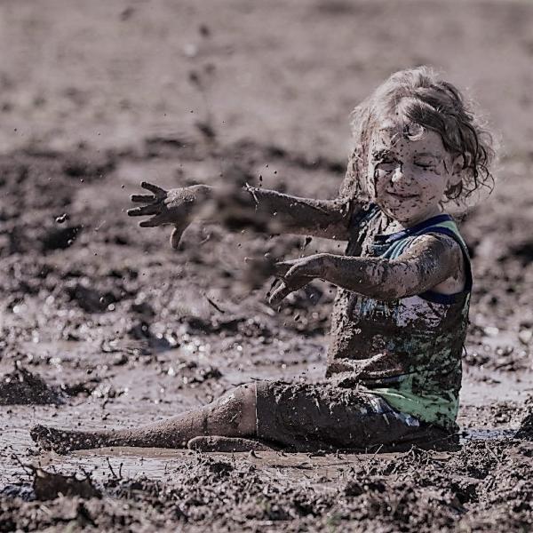 Картинка анонса статьи Можно ли разрешать детям возиться в грязи?