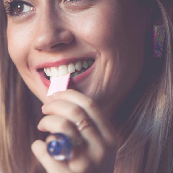 Картинка анонса статьи Вред жвачки. Шесть побочных эффектов из-за привычки жевать